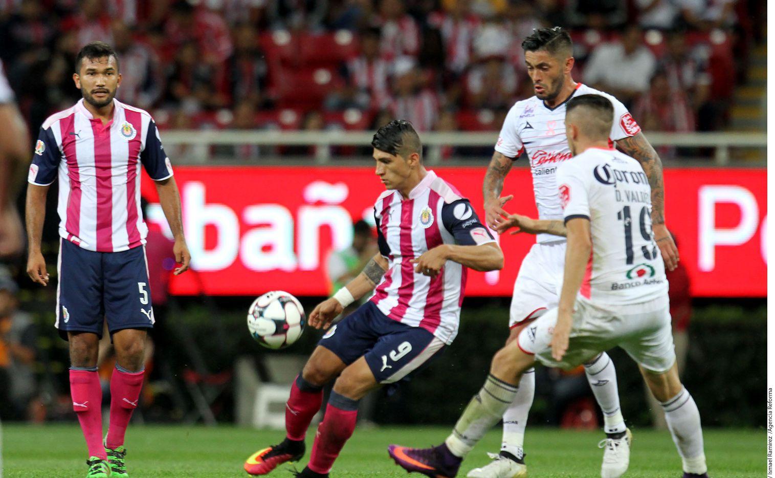 Alan Pulido y las Chivas enfrentan al Morelia en la final de la Copa MX. Foto AGENCIA REFORMA
