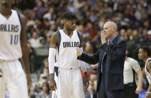 Coach Rick Carlisle habla con Nerlens Noel, nueva pieza de los Mavericks. Foto AP
