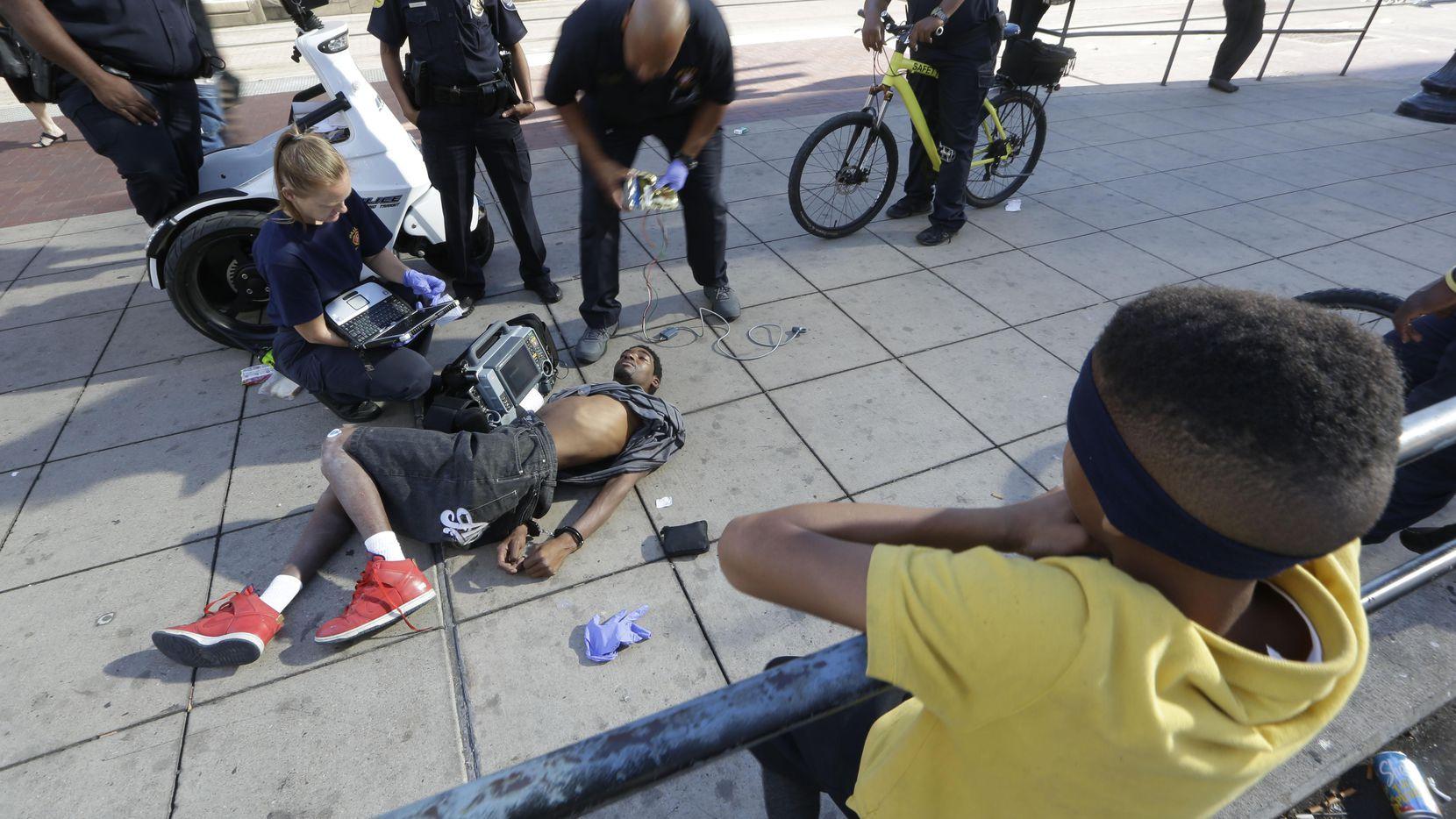 La policía del DART arresta a un hombre que se encuentra arrestado y semi-inconsciente. La policía afirma que en 2014 empezó la epidemia de K2. (AP/LM OTERO)