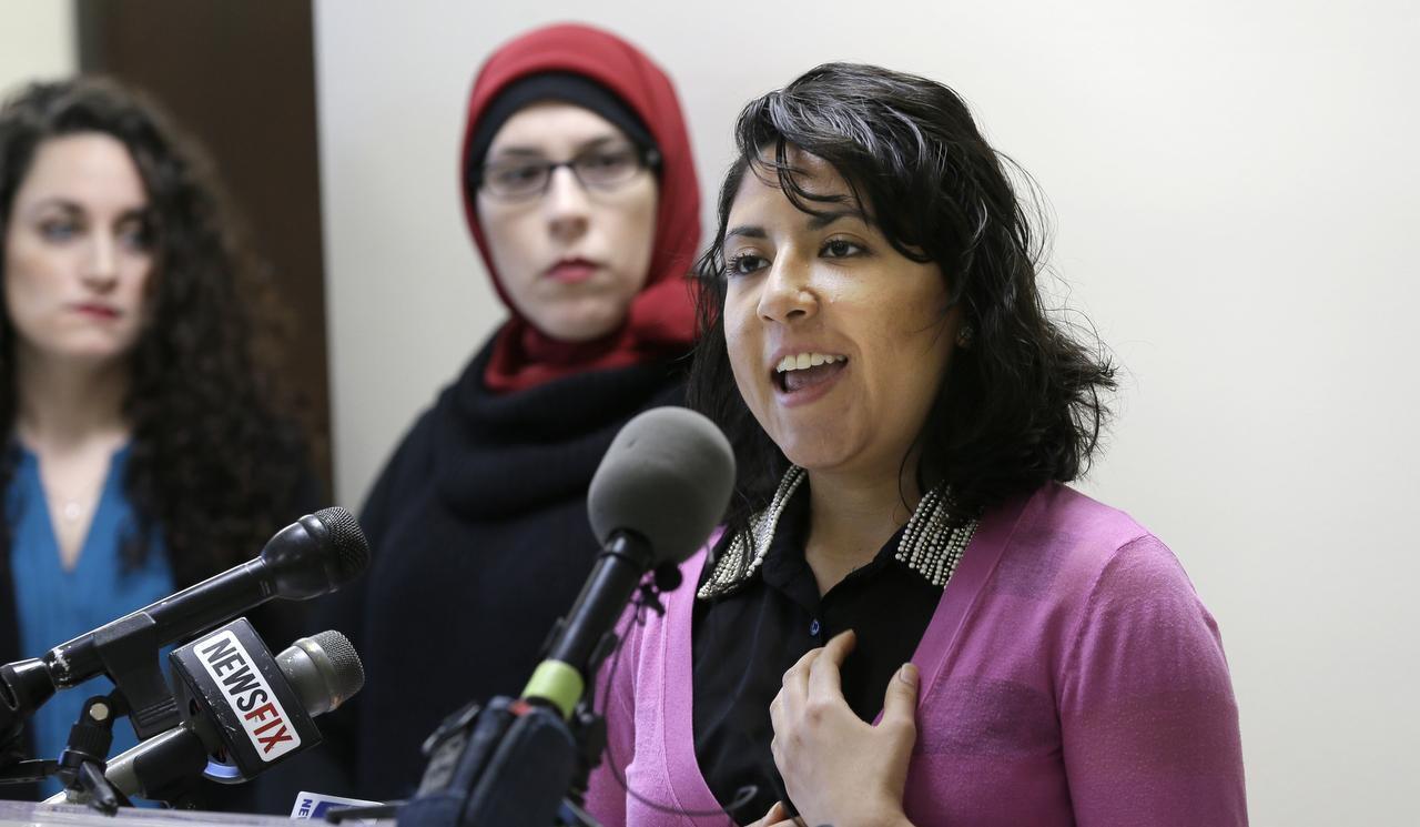 Liz Magallanes, quien representa a Immigration Youth (der) habla mientras que Alia Salem (segunda de la der.) y Nikiya Natale observan durante una conferencia de prensa en Dallas el 26 de enero del 2017. (AP/LM OTERO)
