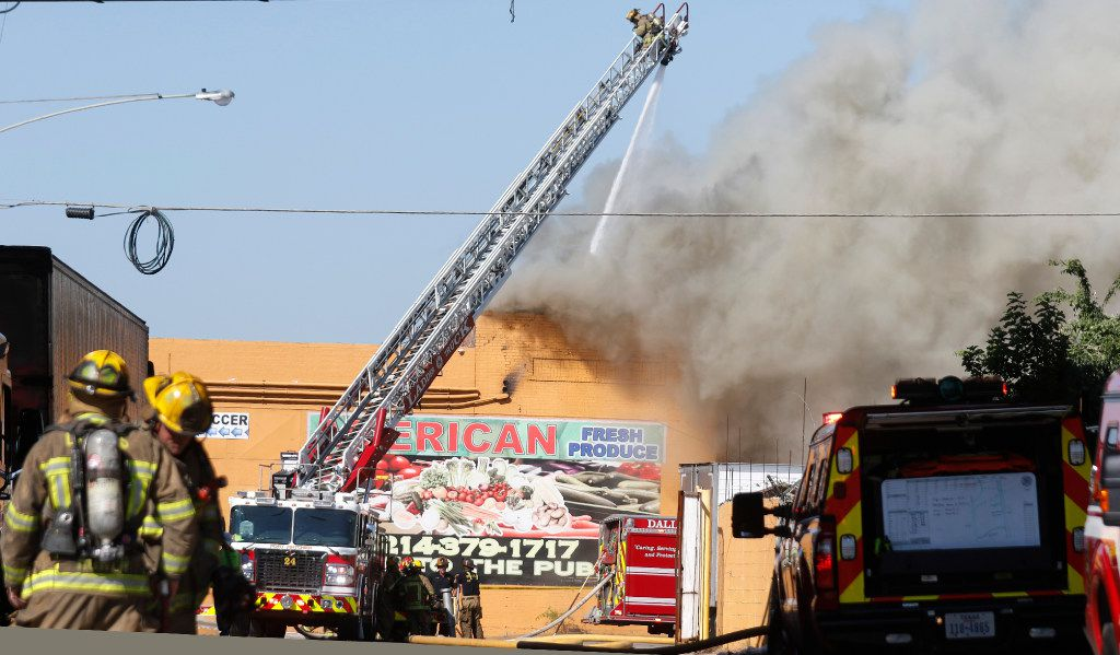 Dallas Fire-Rescue at a 4-alarm structure fire at American Fresh Produce, located at 2400 South Good Latimer Expressway in Dallas Sunday May 14, 2017.  No injuries reported.(Ron Baselice/The Dallas Morning News)