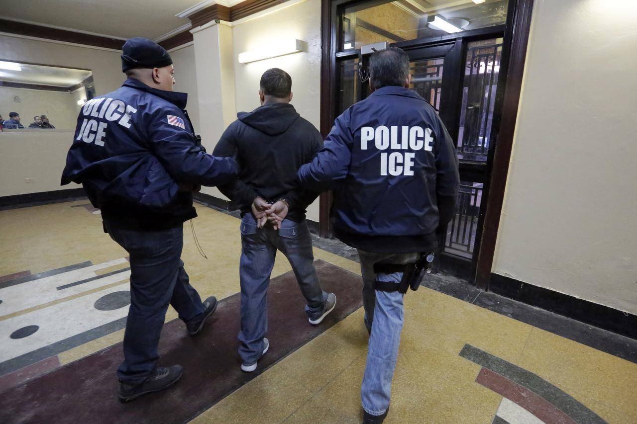 En esta foto del 3 de marzo del 2015, agentes de ICE llevan detenido a una persona en el Bronx de Nueva York. Foto AP/