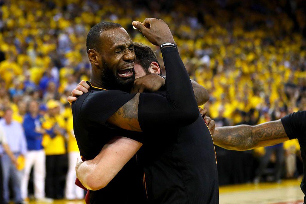 LeBron James se abraza con sus compañeros tras ganar el título para los Cavs en la NBA. Foto GETTY IMAGES