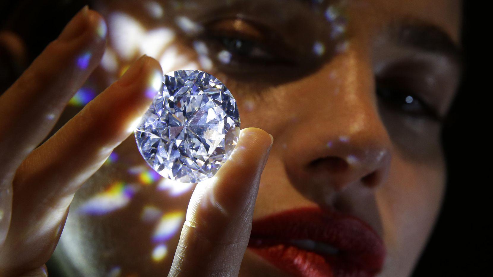 El diamante de 101.34 quilates es mostrado por una modelo en la casa de subastas Sotheby's. (AP/Alastair Grant)