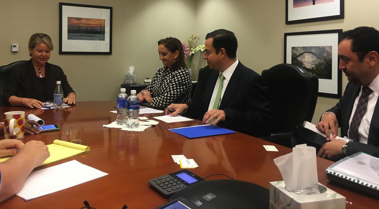 La secretaria de Relaciones Exteriores de México, Caudia Ruiz Massieu, durante la conversación con editores de The Dalla Morning News y Al Día. A su izquierda está José Paulo Carreño, nuevo subsecretario mexicano para Norteamérica. (AL DÍA/KARINA RAMÍREZ)