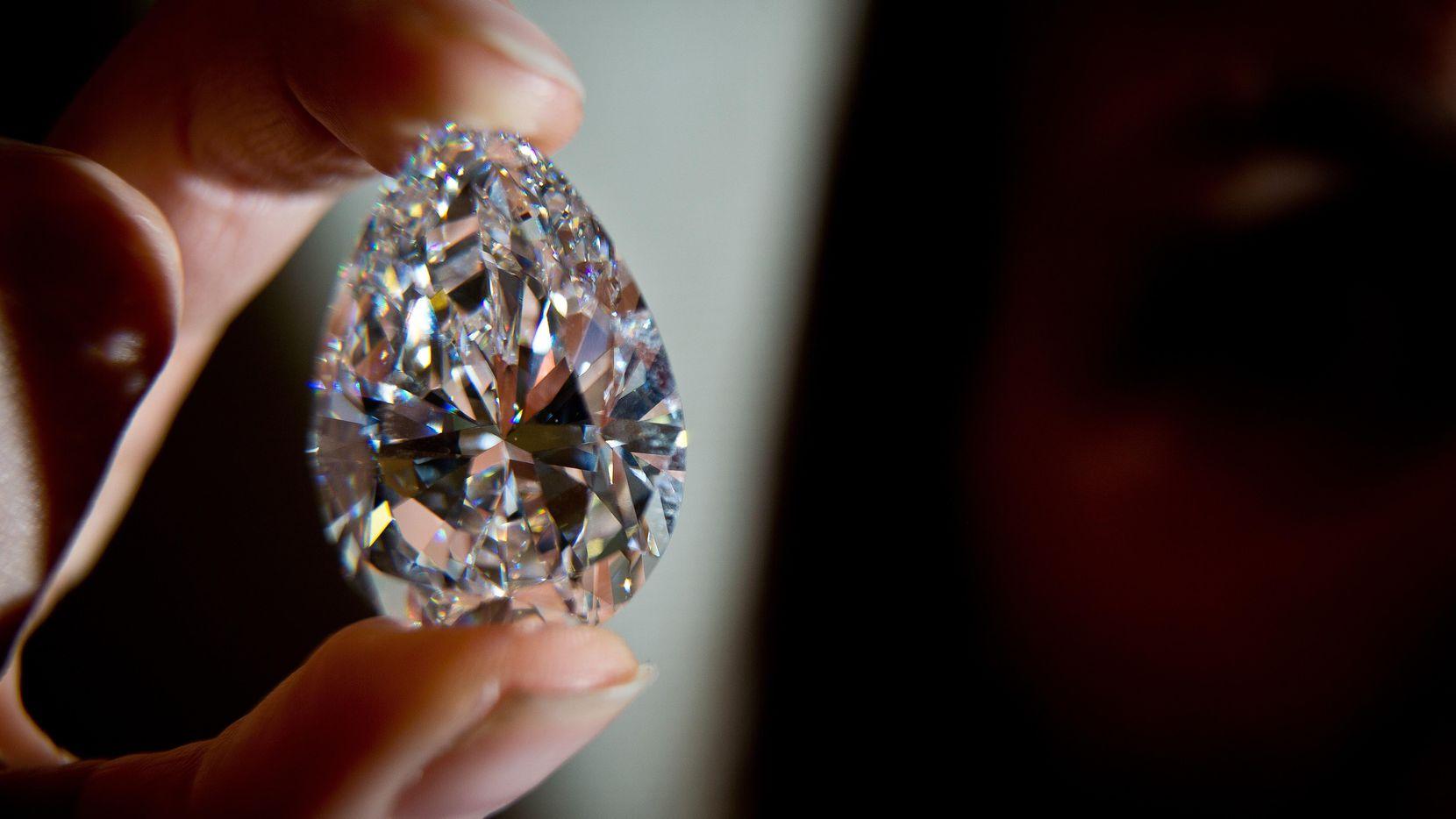 Un diamante mostrado por un empleado de la casa de subastas Christie's.(GETTY IMAGES)