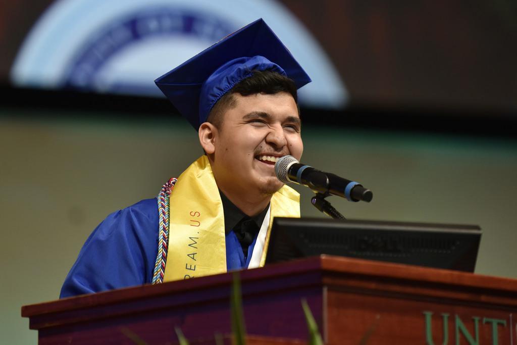 Héctor Robledo, beneficiario de DACA, dio un discurso a los graduados de UNT Dallas. (ESPECIAL PARA AL DÍA/BEN TORRES)