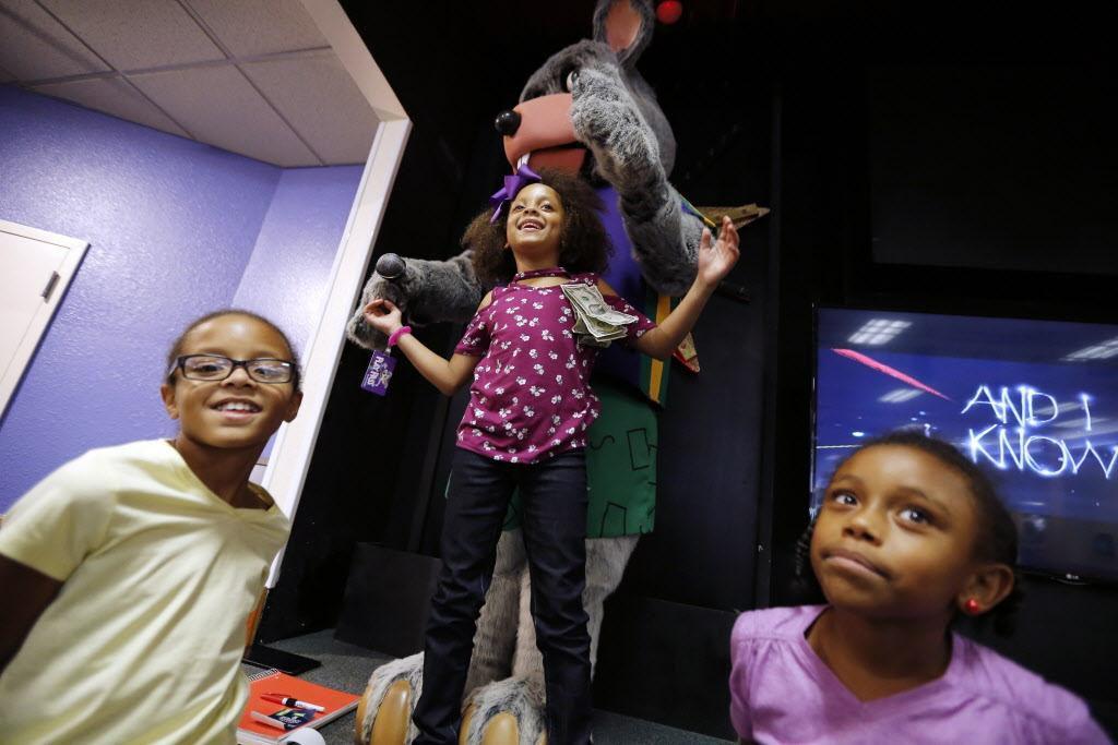 (De izq. a der.) Taliyah Slye, de 10 años, Aniyah Surveyor, de 7, y Amyah Sowerls, de 7, juegan con un animatrón de Chuck E. Cheese. BRANDON WADE/ESPECIAL PARA DMN
