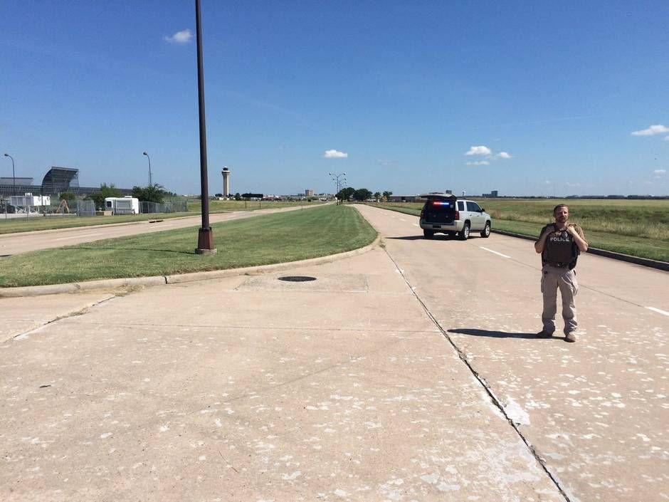 Policías cerca del aeropuerto DFW, donde un hombre se rehusaba a salir de su auto.