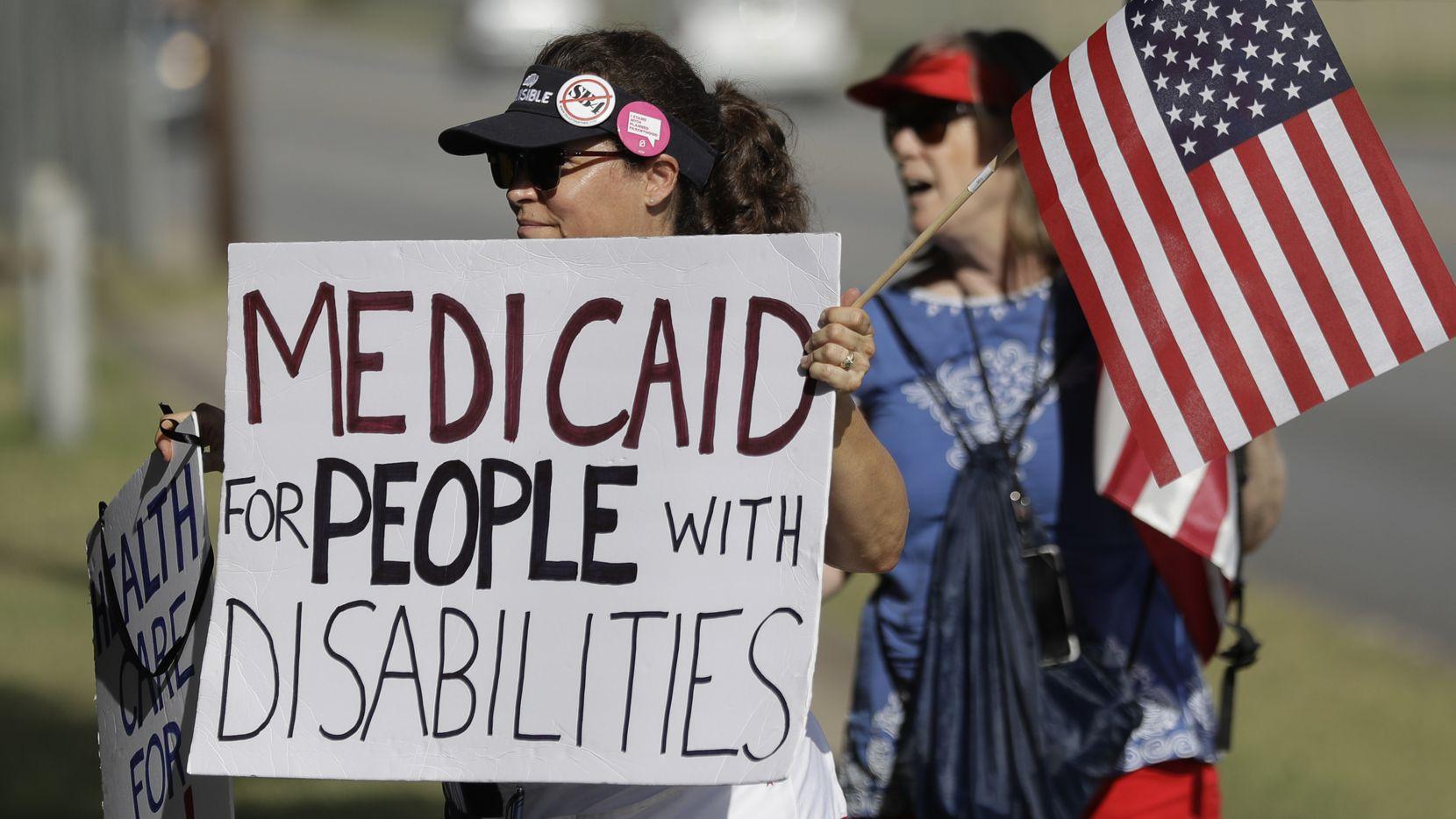 Personas protestaron la semana pasada en Austin en una estación de radio en la que se encontraba el senador Ted Cruz. AL