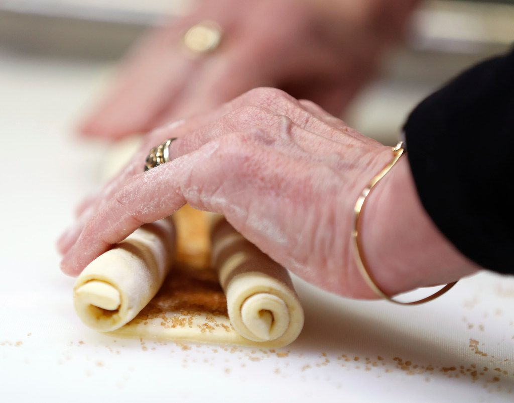 Gently roll up each of the sides of the puff pastry in order to make palmiers