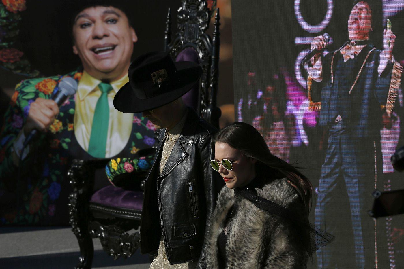 El duo Jesse y Joy rindieron tributo a la obra musical de Juan Gabriel. AP