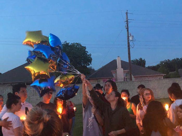 Stephanie González, madrastra de James, lanza unos globos en Kenwood Heights Park durante una vigilia para recordar a James, quien murió baleado por su padre el sábado. JULIETA CHIQUILLO/DMN