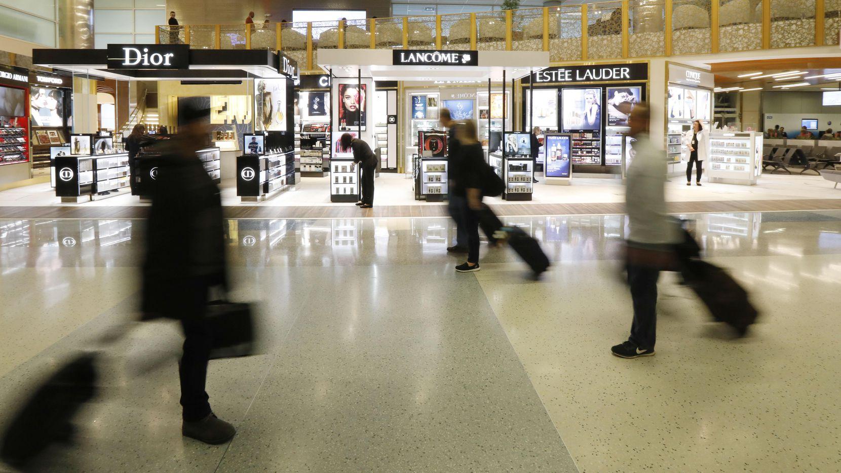 La tienda de artículos de lujo libres de arancel abrió en la terminal D del Aeropuerto Internacional DFW. (DMN/DAVID WOO)