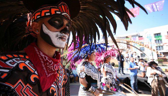 Bailarines Aztecas durante la celebración del Día de Muertos. MILKO MARÍN/Especial para AL DÍA