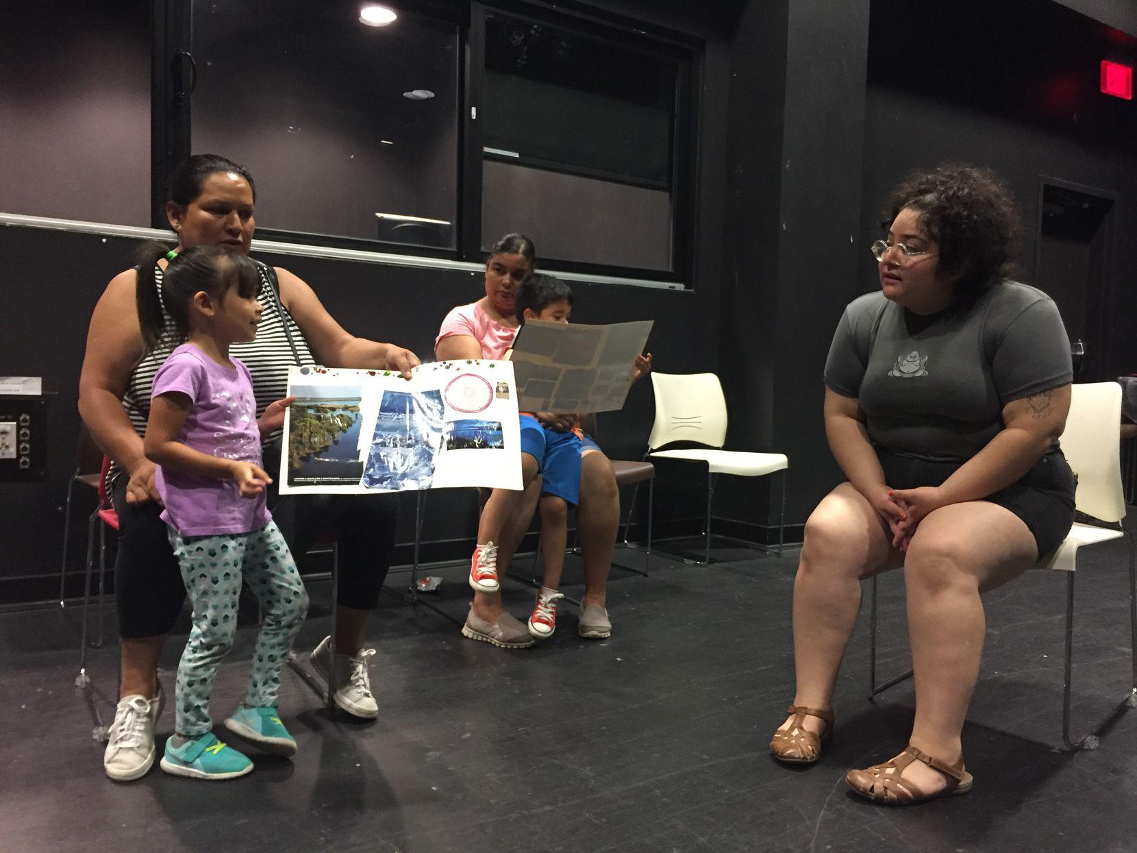 Alma Salas, residente de Dallas (izq.), y su hija Alexa Salas de 4 años comparten sus poemas con la instructora de la clase, Amy Zapien el viernes 21 de junio en la biblioteca de Pleasant Grove. (CARMINA TISCAREÑO/AL DÍA)