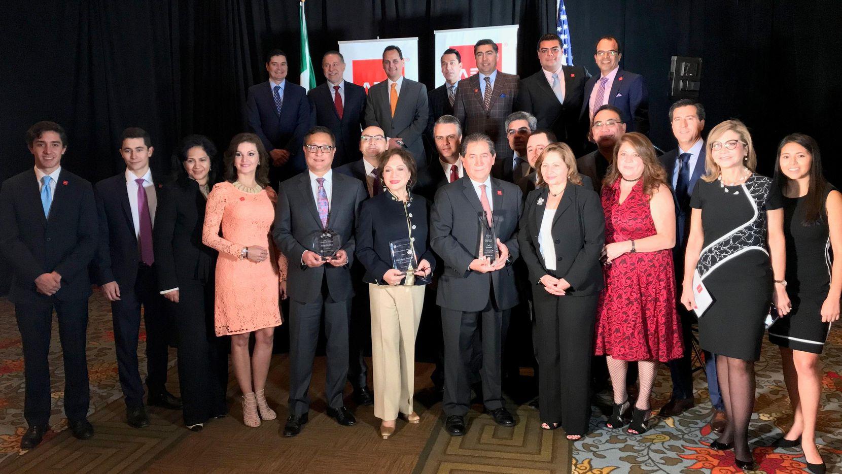Luis Spinola, Jorge Baldor y Clara B. Hinojosa fueron reconocidos por la Asociación de Empresarios Mexicanos de Dallas.(CORTESIA CONSULADO GENERAL DE MEXICO EN DALLAS)