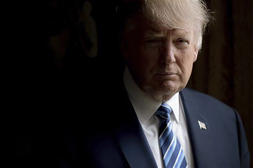 El presidente Donald Trump posa para una foto en la Oficina Oval de la Casa Blanca. Foto AP