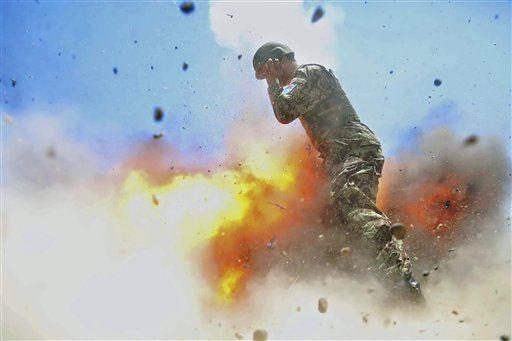 La especialista Hilda Clayton, fotógrafa de guerra del ejército de Estados Unidos, tomó esta foto el 2 de julio del 2013, que el ejército divulgó la semana del 3 de mayo del 2017. La foto muestra a un soldado afgano cubierto de llamas mientras explota un mortero durante un entrenamiento con bombas de verdad en la provincia de Laghman, en Afganistán. Clayton y cuatro soldados afganos murieron debido a la explosión. (Especialista Hilda Clayton/Ejército de Estados Unidos via AP)