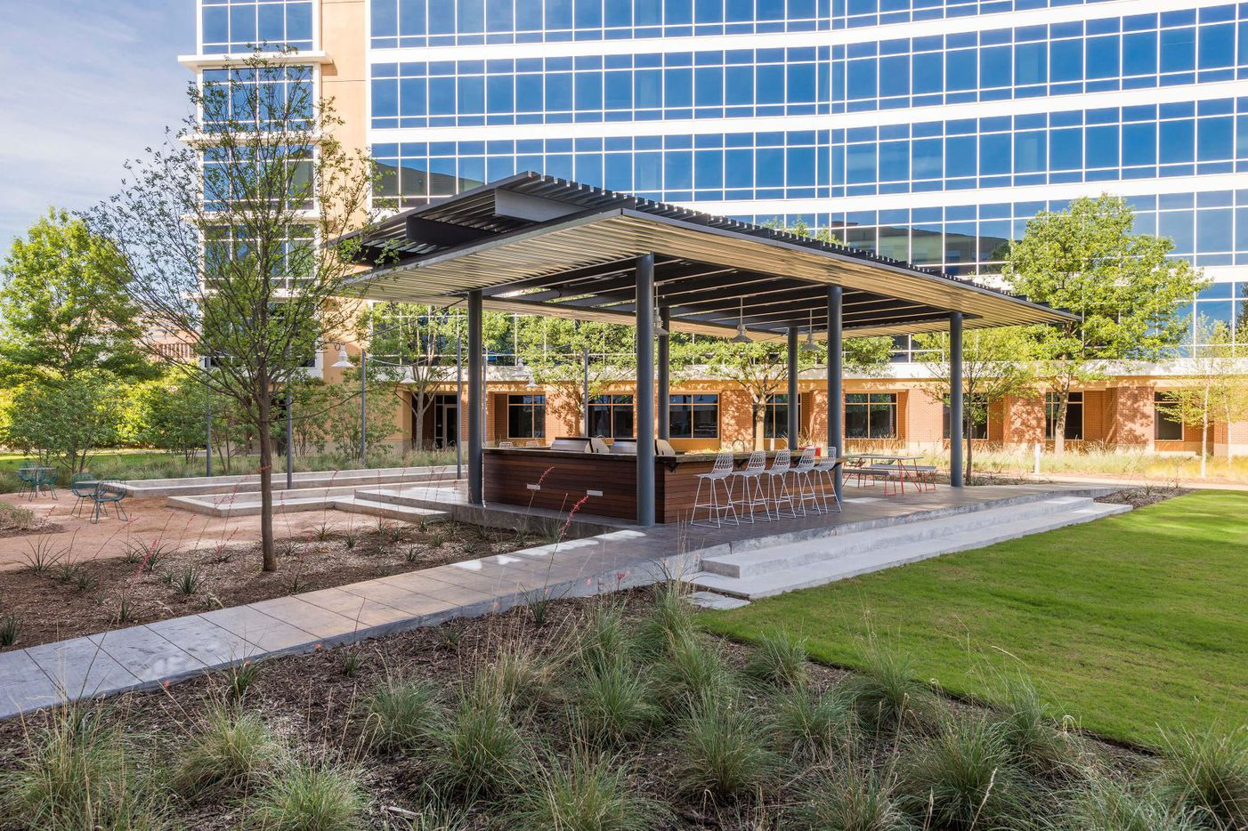 An outdoor serving bar and eating area are among the amenities at the Galatyn Commons office complex in Richardson.