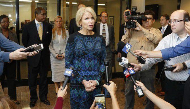 La discal de distrito de Dallas, Susan Hawk, realiza una conferencia de prensa afuera de su oficina. (DMN/DAVID WOO)