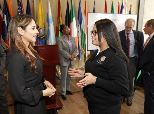Diana Ayala, izquierda, y Karen Rosales, de 16 años, hablan durante una conferencia de prensa sobre el embarazo en adolescentes en el Ayuntamiento de Dallas, Texas, el 27 de febrero de 2019. Foto: Jason Janik / Especial para Al Día.