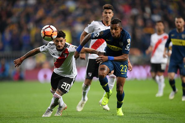Milton Casco de River Plate pelea por el balón con Sebastián Villa de Boca Juniors en la final de vuelta de la Copa Libertadores en Madrid. (Photo by Laurence Griffiths/Getty Images)