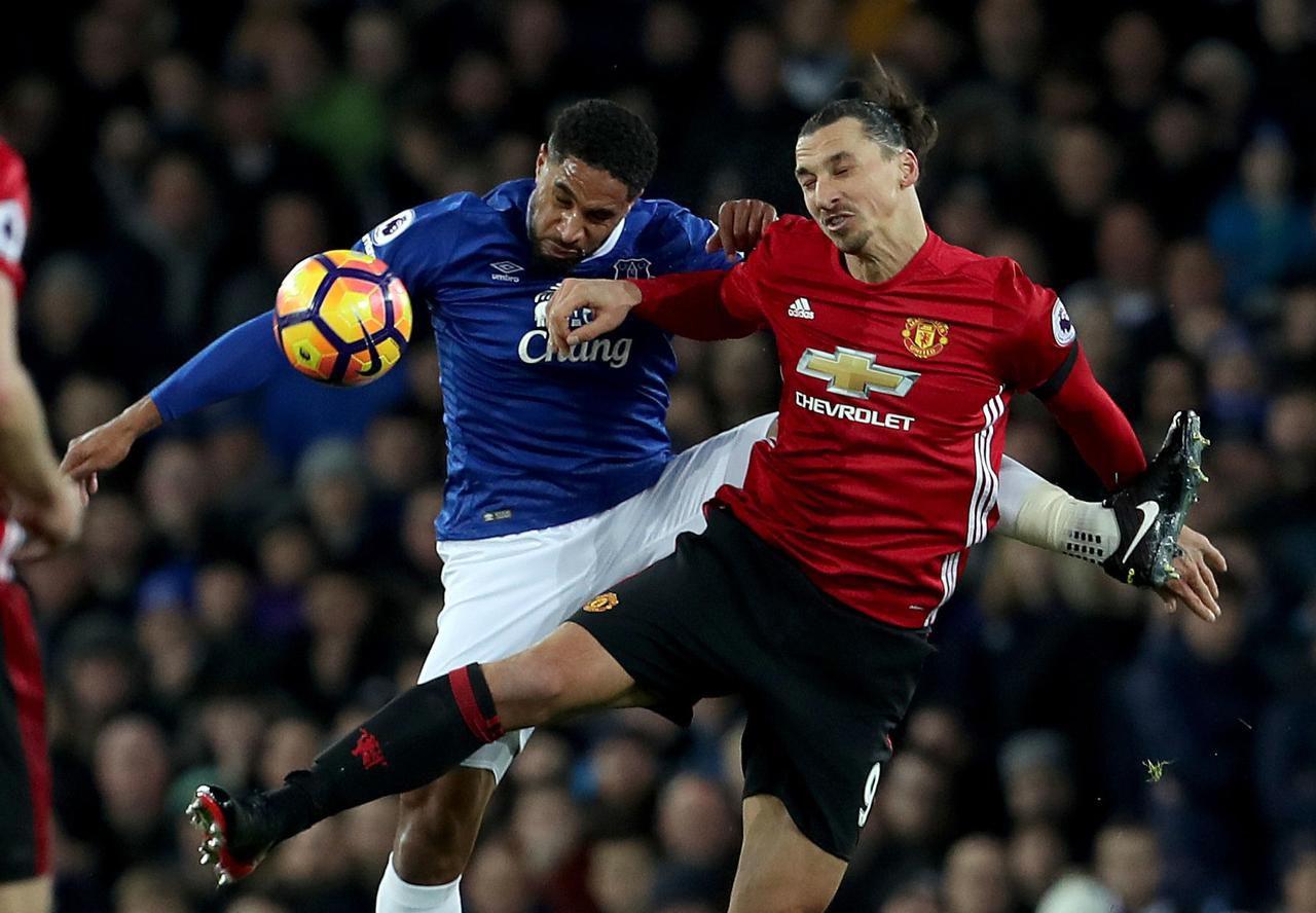 Zlatan Ibrahimovic (der.) ha destacado desde su incorporación al Manchester United, donde acumula 11 goles en los últimos 10 juegos. (AP/Peter Byrne)