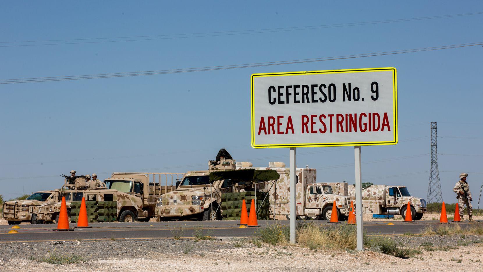 Soldados mexicanos resguardan la entrada a la prisión federal Cefereso No.9, en Samalayuca, cerca de la frontera con Texas. Foto: CORTNEY PEDROZA/ Walter Cronkite School of Journalism.