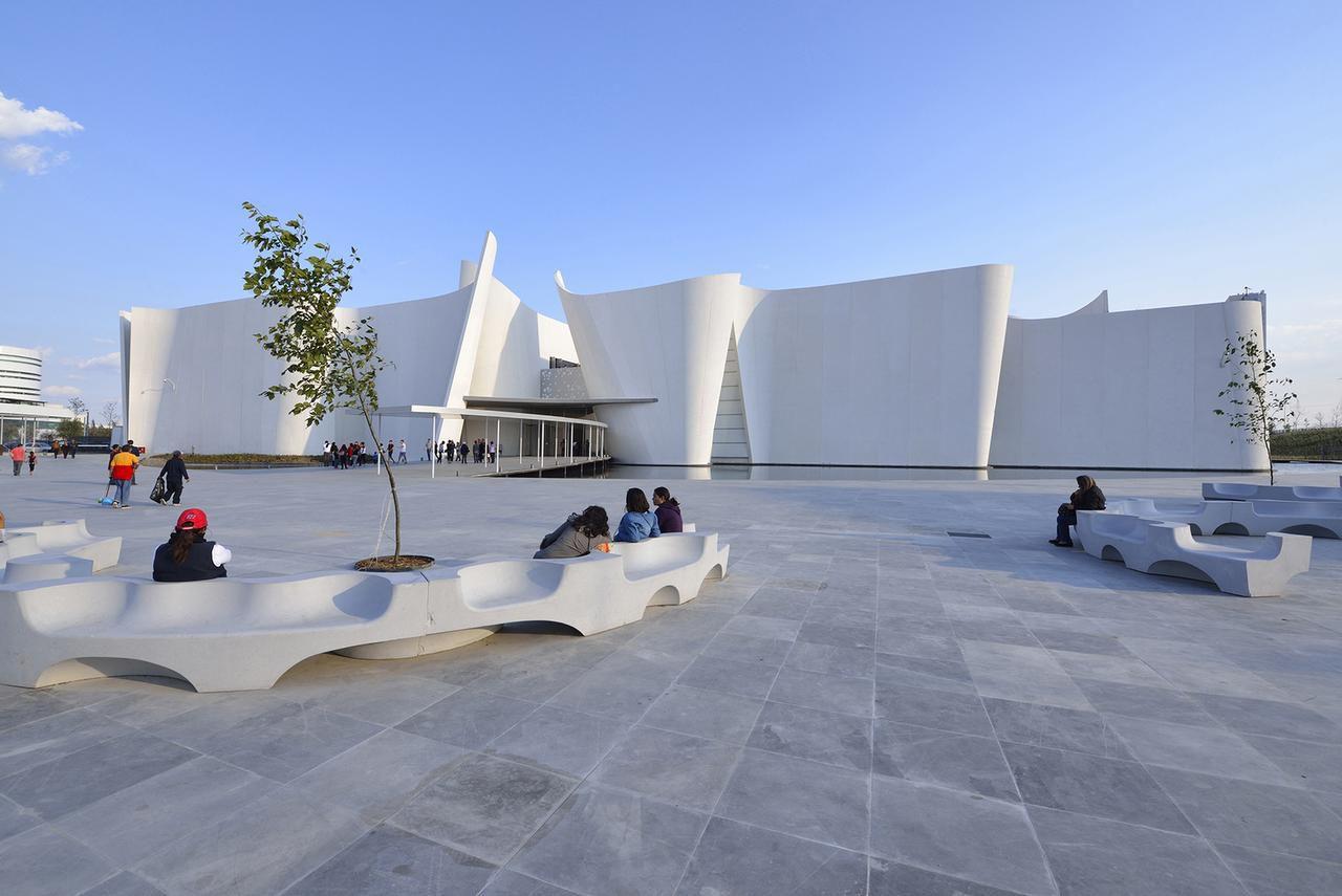 La fachada principal del Museo Barroco Internacional de Puebla muestra muros blancos y llenos de curvas. Su arquitecto, el japonés Toyo Ito, es una de las figuras más importantes de la arquitectura mundial. (ESPECIAL PARA EL DMN/ALLEN VALLEJO)