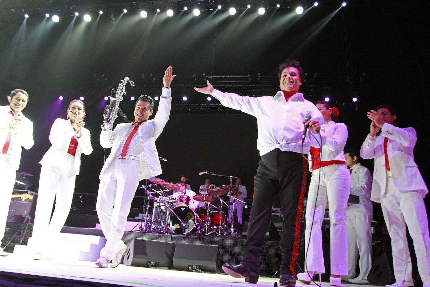 Juan Gabriel durante un concierto en el American Airlines Center el 26 de febrero del 2015. (Especial para Al Día/ Ben Torres)