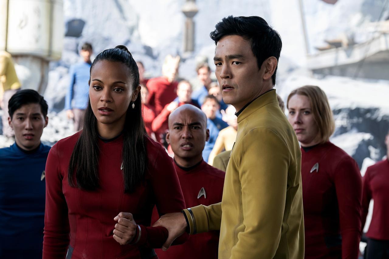 "Zoe Saldana (izq.) interpreta a Uhura y John Cho, a Sulu en una escena de ""Star Trek Beyond"", que este fin de semana llega a la pantalla grande. (AP/KIMBERLEY FRENCH)"