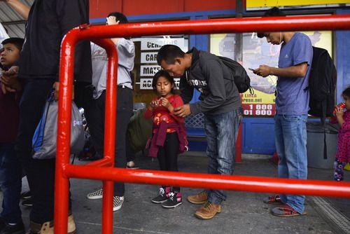 Álvaro Jiménez, de 25 años, y su hija Heidy Melisa Jiménez, de 7, se preparan para abordar un autobús para continuar su viaje de Honduras a Florida, el lunes 22 de abril de 2019 en un autobus de la empresa Tornado en Dallas. Foto: Ben Torres /  Especial para Al Día.