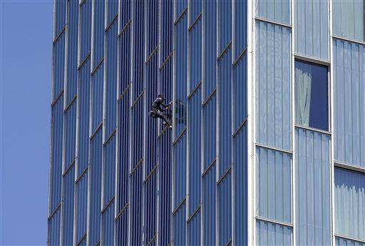 "El escalador francés Alain Robert mejor conocido como el ""hombre araña francés"" escaló los 114 metros de altura de un hotel en Barcelona el lunes 12 de junio del 2017.  (AP Foto/Manu Fernandez)"