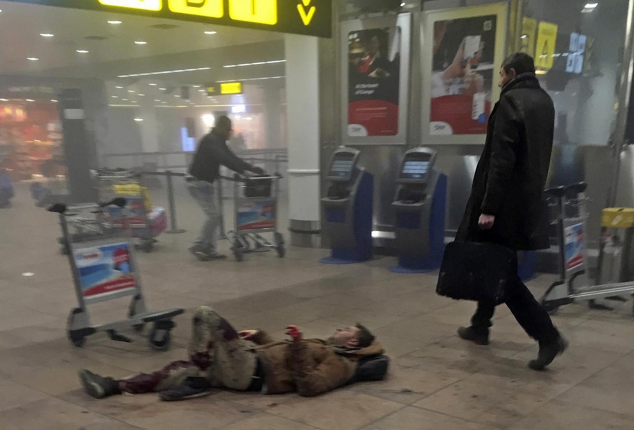 Esta imagen de la televisión de Georgia, muestra a un herido luego de las explosiones en el aeropuerto de Bruselas. El Ejército Islámico se adjudicó el atentado. (AP/KETEVAN KARDAVA)