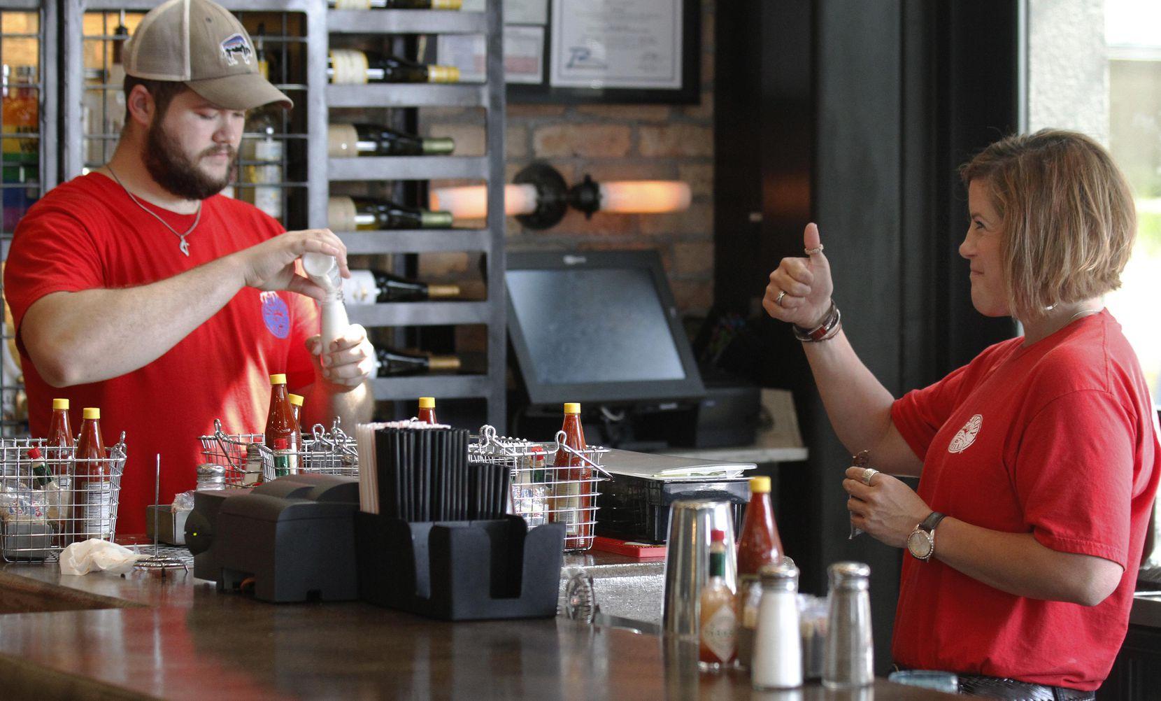 Corey Ahrens y Andrea Gillette se preparan para su turno en Fish City Grill, en Richardson.