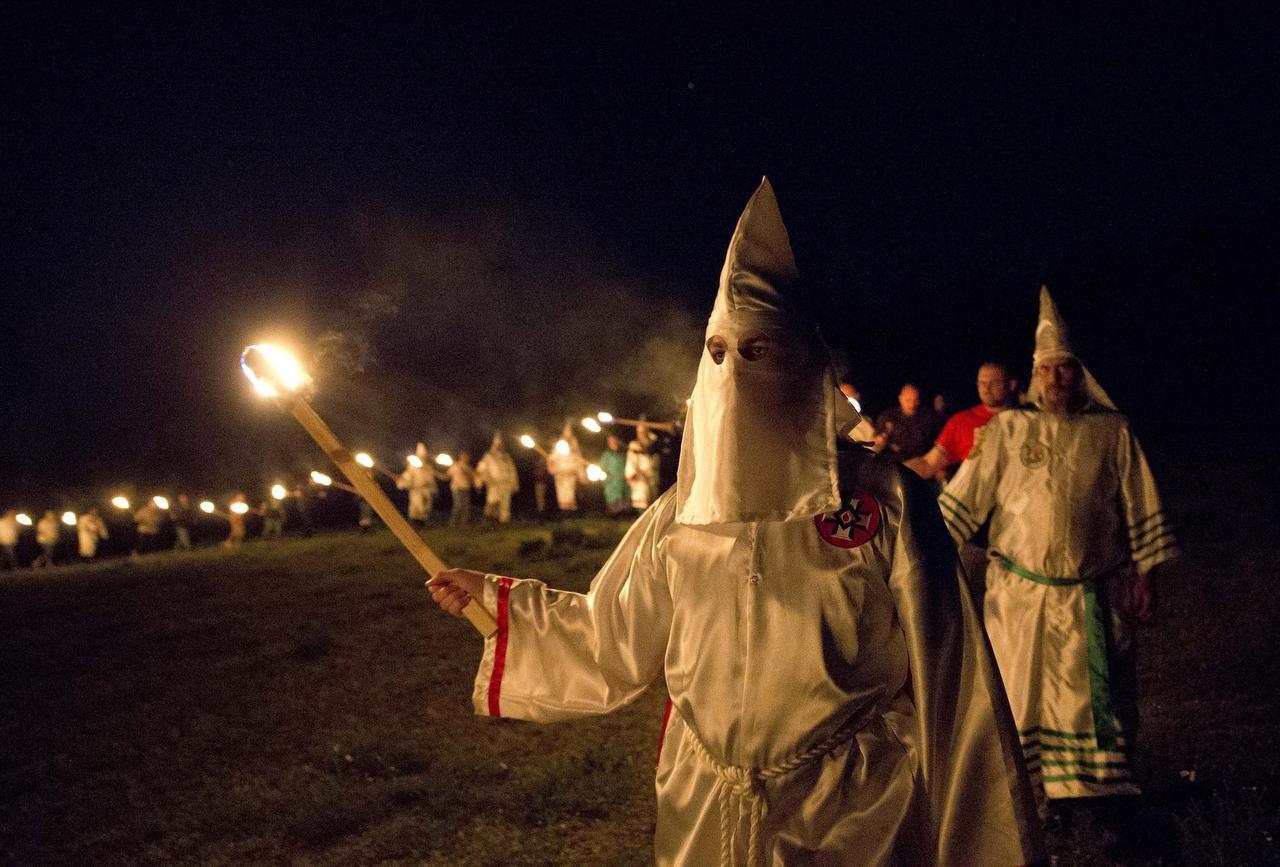 Integrantes del Ku Klux Klan, o KKK, incencian cruces luego de un mitin de supremacía blanca cerca de Cedar Town, Georgia. (AP/John Bazemore)