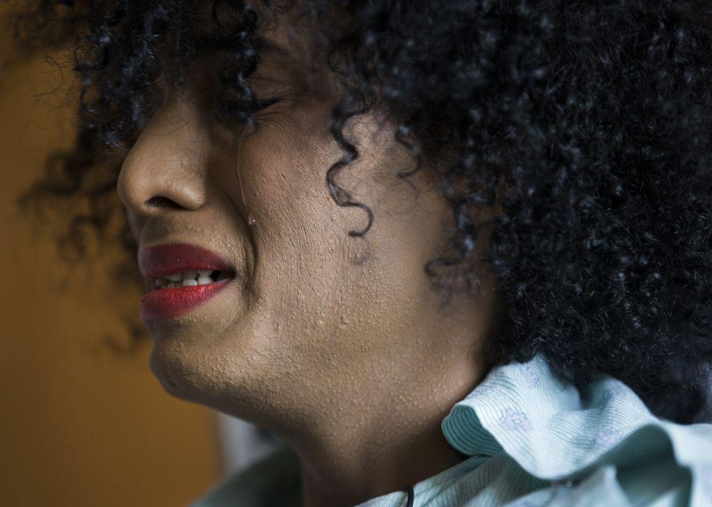 Daniela Calderón solloza mientras cuenta su historia desde un hospital del área. Calderón, una mujer transgénero, fue baleada múltiples veces el pasado 20 de septiembre.