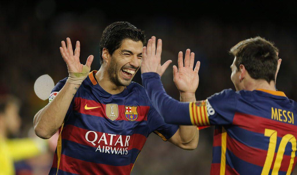 Luis Suárez celebra uno de sus tantos con su compañero en el Barcelona Lionel Messi. / Foto AP