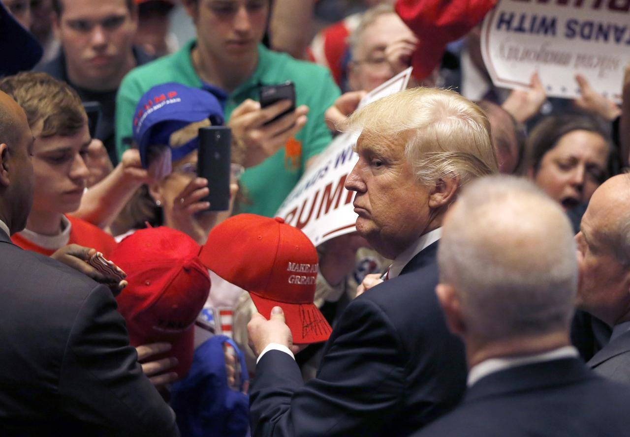 El candidato republicano Donald Trump rodeado por sus simpatizantes, en Indiana.(AP)