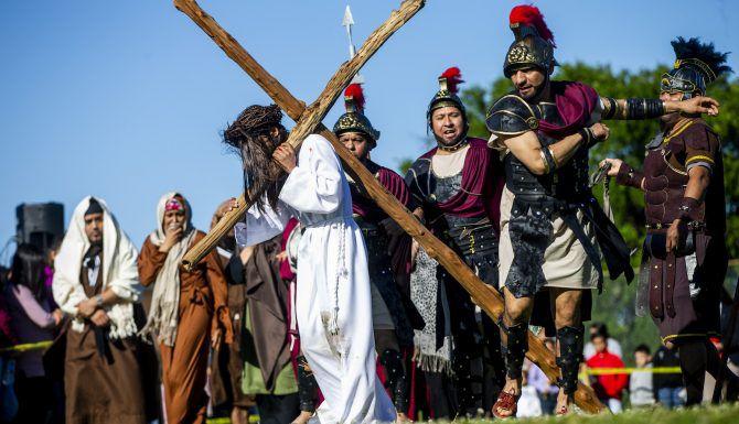 Fernando León carga una cruz de madera al escenificar a Jesucristo durante el viacrucis viviente en la iglesia católica St. Philip The Apostle en Dallas, el Viernes Santo. (Shaban Athiman/DMN)