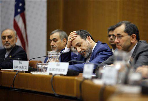 Un miembro de la delegación iraní reacciona durante una sesión en el edificio de la Organización de las Naciones Unidas en Viena, Austria el martes 14 de julio del 2015. (AP/Carlos Barria)