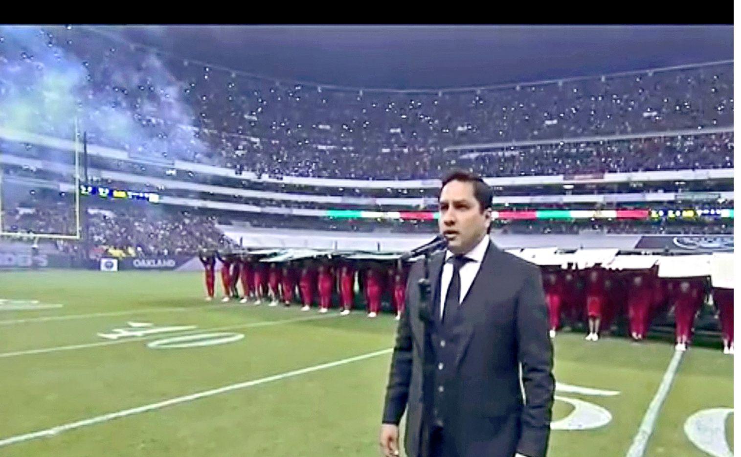 Julión Álvarez, al parecer, metió la pata al interpretar el Himno Nacional Mexicano en el Estadio Azteca, previo al encuentro de Oakland Raiders y Houston Texans./AGENCIA REFORMA