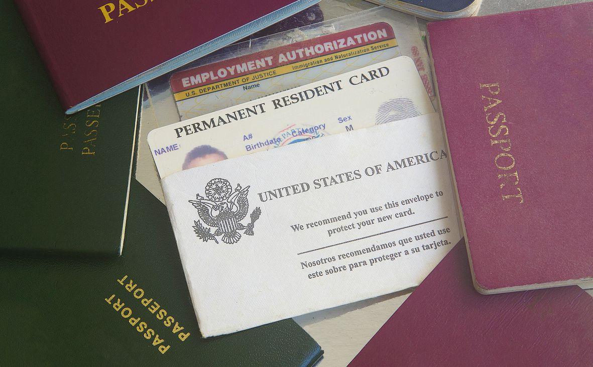 La tarjeta de residencia permanente emitida por USCIS. iStock