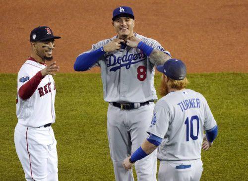 La primera vez que Boston y Los Ángeles se toparon fue en la Serie Mundial de 1916, cuando los Dodgers ni siquiera jugaban en Los Ángeles.  Boston venció 2-1 a Brooklyn. Este año se vuelven a enfrentar, más de un siglo después en el Clásico de Otoño. (AP Photo/Elise Amendola)