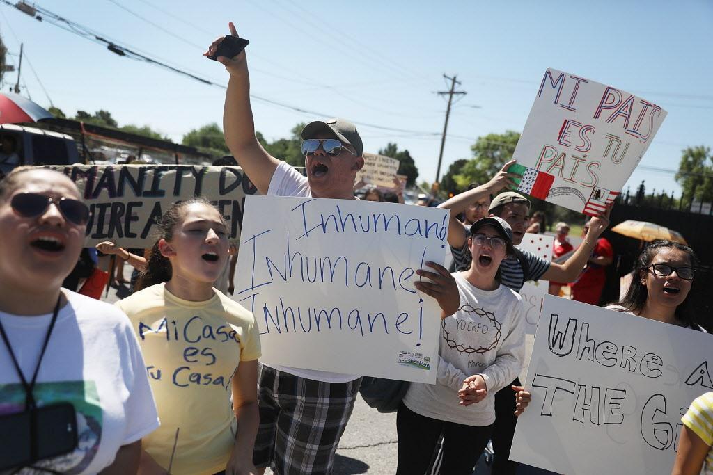 Un grupo de manifestantes llegó el martes a un centro de detención de inmigrantes en El Paso. La separación de menores de sus padres ha causado indignación en todo nivel. (GETTY IMAGES/JOE RAEDLE)
