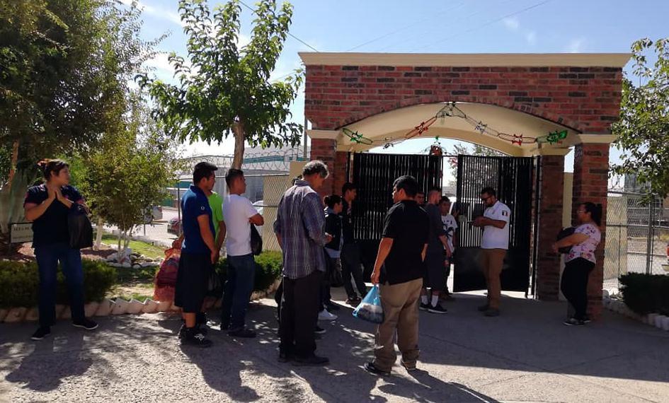 Inmigrantes de centroamerica son atendidos por un agente del Instituto de Migración de México.(AGENCIA REFORMA)
