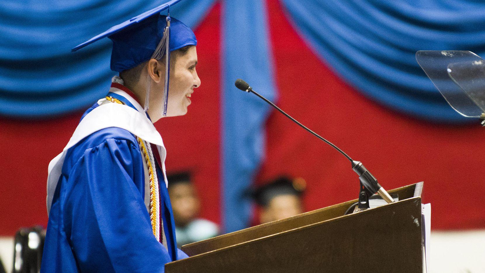 José Luna fue elegido lobró ser uno de los mejores graduados de la preparatoria Yvonne A. Ewell Townview Center pese a la enfermedad de su padre.  ROBERT W. HEART/ESPECIAL PARA DMN