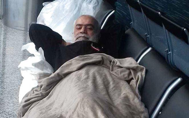 Esta foto provista por el diario EL Universo el 11 de junio de 2018 muestra al ciudadanos libanés Nizam Hussein Shala descansando en una banca dentro de una terminal del aeropuerto Jose Joaquin de Olmedo en Guayaquil, Ecuador. (Diario El Universo via AP)