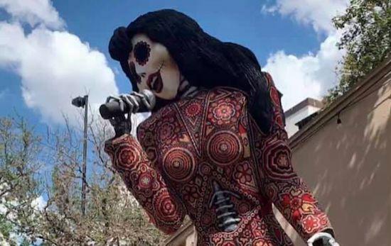 Una estatua de Selena Quintanilla como Catrina en La Villita, San Antonio.